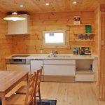 ホワイトで清潔感のあるシステムキッチン北九州市八幡西区平尾町【築後未入居】水色の可愛いログハウス