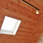 三角屋根に天窓がついています北九州市八幡西区平尾町【築後未入居】水色の可愛いログハウス