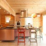 ダイニングテーブルと繋がったキッチン北九州市若松区塩屋【築後未入居】暖炉付きのデザイナーズログハウス