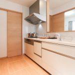 キッチン横の扉は玄関に続いています北九州市小倉南区南方|リビングに吹き抜けのある空間