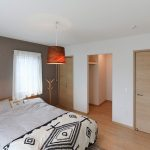 ダブルベッドも余裕なベッドルーム北九州市小倉南区南方|リビングに吹き抜けのある空間