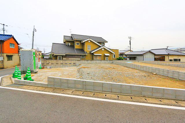 駐車場は2台分!並列二台で停められます。北九州市小倉南区上葛原 スーパー、家具屋、ホームセンター等へ歩いて行ける