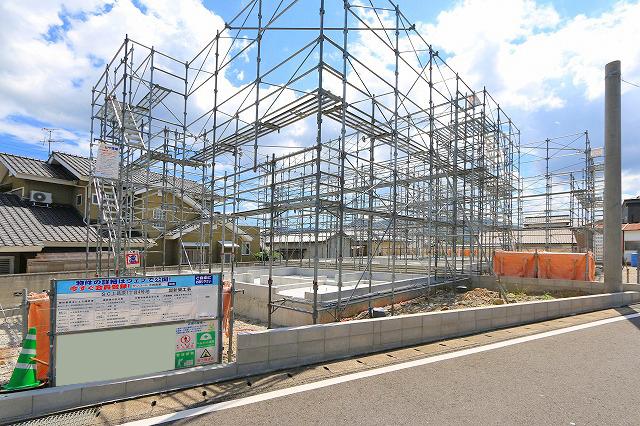 駐車場は2台分!並列二台で停められます。北九州市小倉南区上葛原|スーパー、家具屋、ホームセンター等へ歩いて行ける