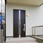 ダークウッドの玄関ドア北九州市八幡西区三ツ頭 8帖分の広い寝室にはクローゼット2ケあり
