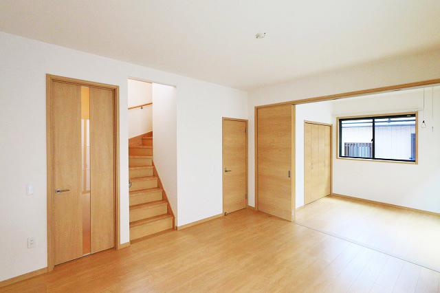 人気のリビング階段を取り入れた間取りです!北九州市八幡西区三ツ頭 8帖分の広い寝室にはクローゼット2ケあり