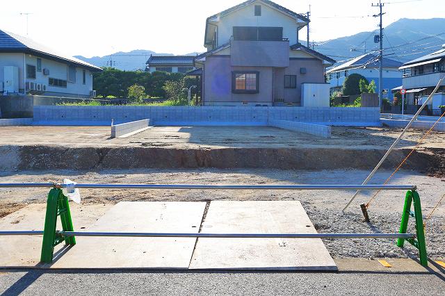 駐車場は前面に2台駐車可能です!京都郡苅田町尾倉|キッチン横にパントリーのあるリビングルーム