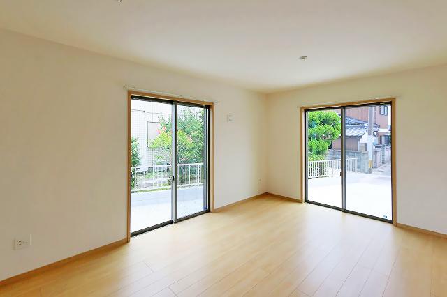外へ出入りできる大きなベランダ窓が2つ!行橋市草野|16帖の広くてゆとりのあるリビングです!