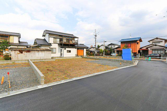 前面道路広々で駐車もラクラクです。北九州市八幡西区木屋瀬|家族団らんのLDKは16帖とカウンターキッチン!