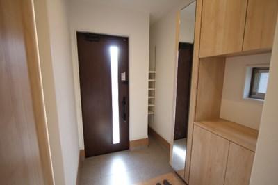 シューズクローゼットに姿見付きの鏡のある広い玄関!北九州市八幡西区永犬丸西町|3LDKでリビング広々。収納もたっぷりあります!