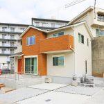 広い駐車場は大きな車でも2台停められます。北九州市八幡東区東鉄町|柵付きの専用庭と並列2台分の広い駐車場