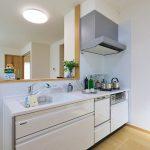 食器洗い乾燥機のついたシステムキッチン北九州市八幡東区東鉄町|柵付きの専用庭と並列2台分の広い駐車場