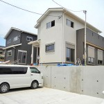 北九州市小倉南区沼緑町|住宅は駐車場より一段上に。3台駐車可能