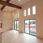 高い天井から太陽光が差し込む明るいリビング北九州市小倉南区葛原|オープンキッチンのデザイン住宅!駐車3台可能